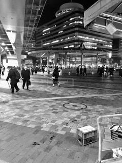 建物の前を歩いている人々のグループの写真・画像素材[3481644]