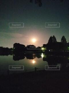夜になると信号が点灯するの写真・画像素材[4406923]