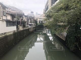 都会の川に架かる橋の写真・画像素材[2709450]