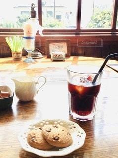 海沿いのカフェのワンシーンの写真・画像素材[3548519]