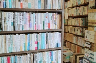 本でいっぱいの本棚の写真・画像素材[3548626]