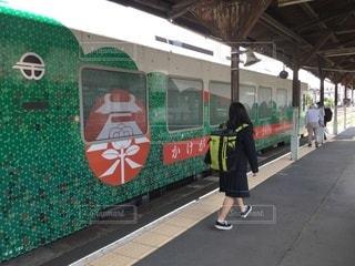 駅の隣に立っている人の写真・画像素材[3558789]