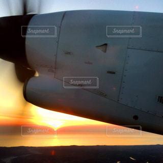 飛行機 プロペラ機 夕焼け 夕日 地平線の写真・画像素材[150847]