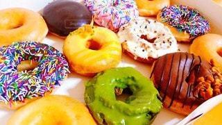 異なる種類のドーナツで満たされた箱の写真・画像素材[3486461]