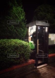暗い夜道を照らす電話ボックスの写真・画像素材[3602334]