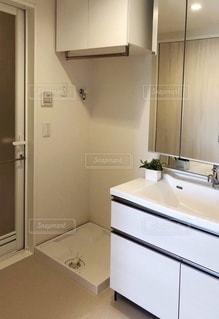 清潔感のある洗面スペースの写真・画像素材[3605582]