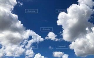 シンプルなもくもく雲と藍色の空の写真・画像素材[3689192]