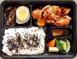 鶏から揚げ弁当をテイクアウトの写真・画像素材[3697777]