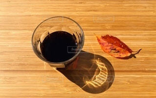 秋の朝日を浴びるグラスの写真・画像素材[3736236]