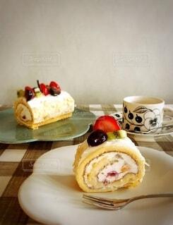 本日のおやつはフルーツロールケーキ♡の写真・画像素材[3766063]