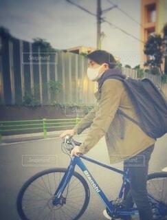 ロードバイクに乗るマスク姿の男性の写真・画像素材[3796014]