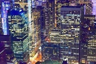 夜のマンハッタンの高層ビル群の写真・画像素材[3956895]