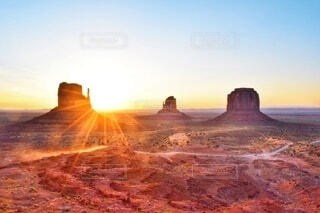 モニュメント・バレー(Monument Valley)に差し込む朝日の写真・画像素材[3981789]