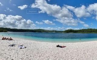 白い砂浜のマッケンジー湖で水浴びを楽しむ人々の写真・画像素材[4044075]