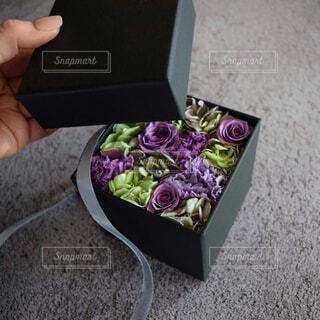 無機質なモルタルの上のプリザーブドフラワーボックス⑤の写真・画像素材[4316034]