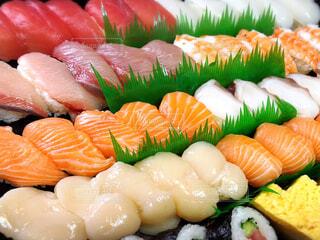 画面いっぱいの業務用スーパー のにぎり寿司(クローズアップ)の写真・画像素材[4325376]