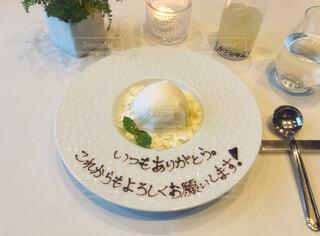 ディナーのデザートに感謝の母の日サプライズメッセージの写真・画像素材[4412058]