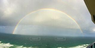 海上に現れた虹のアーチの写真・画像素材[4505979]