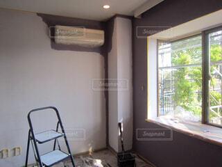 部屋の模様替えで白壁をDIYで色壁に塗っている様子の写真・画像素材[4564893]