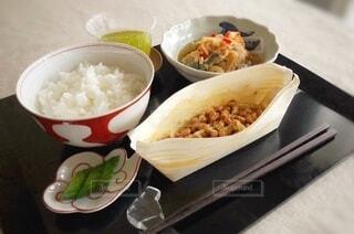 夏のある日の朝食に食べた納豆ご飯の写真・画像素材[4650837]