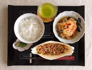 夏のある日の朝食に食べた納豆ご飯の写真・画像素材[4650972]