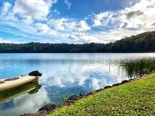 湖の景色とカヌーの写真・画像素材[4665279]