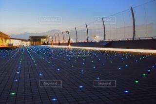 羽田空港の展望デッキで飛行機の発着を眺める人々②の写真・画像素材[4671327]