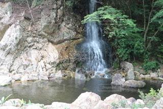 ちいさな滝と水のプールの写真・画像素材[3492950]
