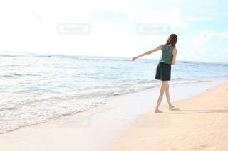 浜辺を歩く女性の写真・画像素材[3493496]
