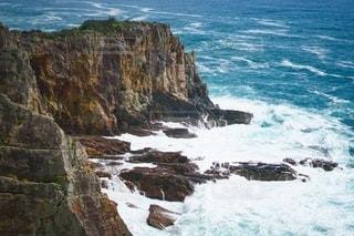 海の隣の岩場の写真・画像素材[3495199]