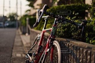 道路の脇に駐車している自転車の写真・画像素材[3521789]