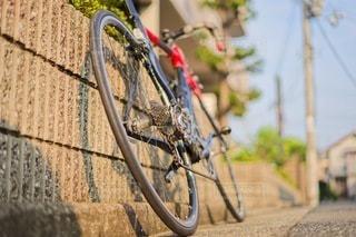 建物の脇に駐車している自転車の写真・画像素材[3521791]