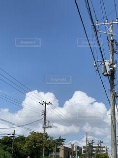 夏空と電柱の写真・画像素材[3596989]