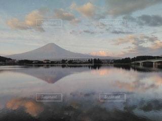 水の体の上の空の雲のグループの写真・画像素材[3558118]