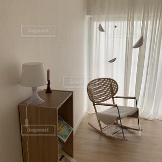 部屋に座っている椅子の写真・画像素材[3521871]