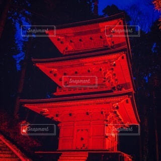夜にライトアップされた時計塔の写真・画像素材[4081345]