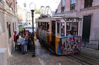 電車の隣の歩道で人々のグループの写真・画像素材[3505979]