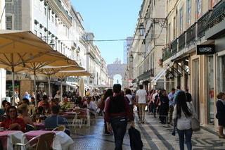 通りを歩いている人々のグループの写真・画像素材[3505981]