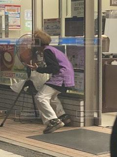 店の前に立っている人の写真・画像素材[3506351]