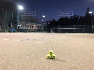 テニスコートのボールの写真・画像素材[3506834]