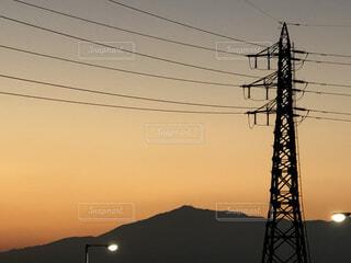 夕暮れの山と送電線の写真・画像素材[4195751]