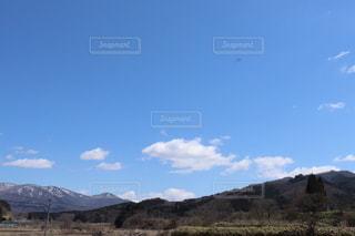 山を背景にした砂漠の畑のクローズアップの写真・画像素材[3561960]