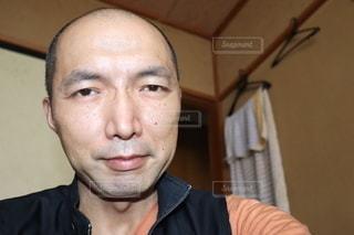 カメラを見ている男の写真・画像素材[3582794]