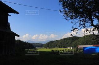 背景に山がある家の写真・画像素材[3607031]