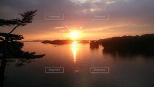 湖の日の出の写真・画像素材[3520116]