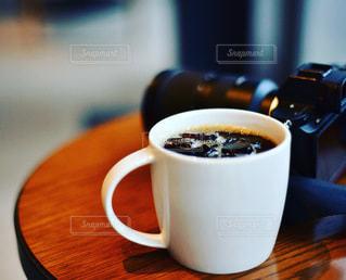 テーブルの上にコーヒーを一杯入れるの写真・画像素材[3514704]