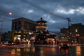 夜の街の通りの眺めの写真・画像素材[3514798]