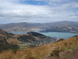 背景に山のある大きな水域の写真・画像素材[3526458]