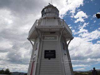 曇った空の下に座っている高い時計塔の写真・画像素材[3526477]