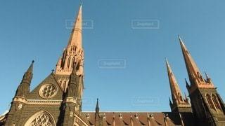 建物の前にある大きな時計塔の写真・画像素材[3541029]
